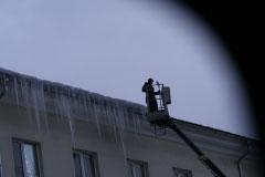 Уборка снега с крыш, очистка наледи и удаление сосулек.
